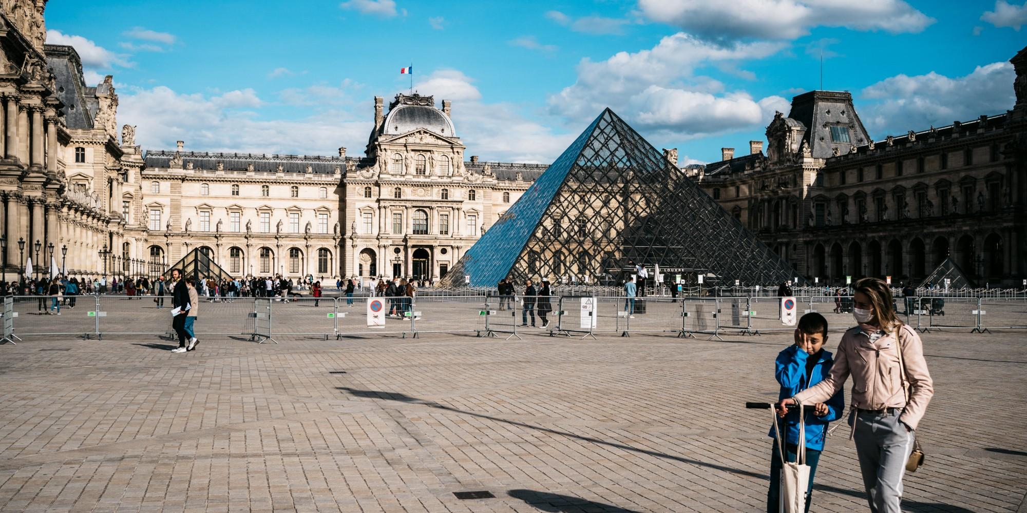 La cour fermée du musée du Louvre va se transformer en salle de cinéma en plein air