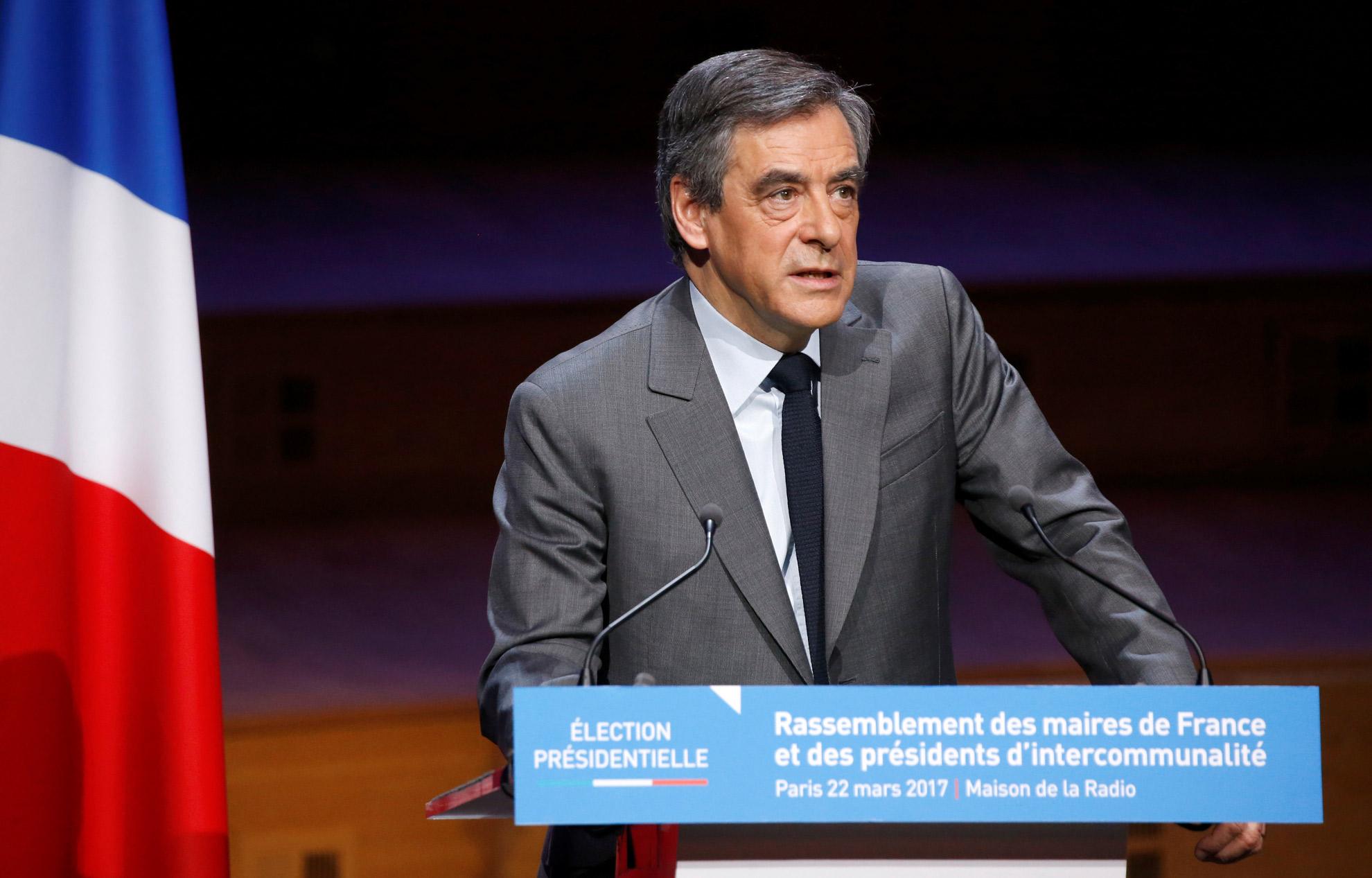 François hollande accuse françois fillon de manquer de dignité