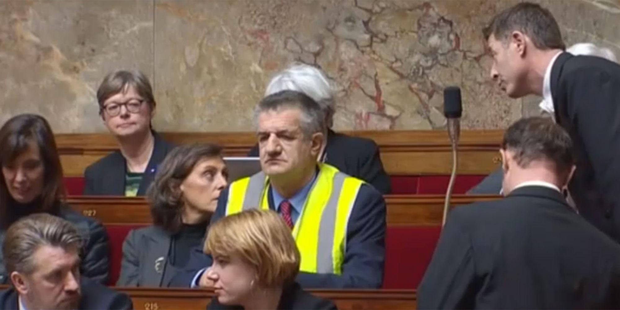 """Jean Lassalle met un """"gilet jaune"""" à l'Assemblée et provoque une suspension de séance"""