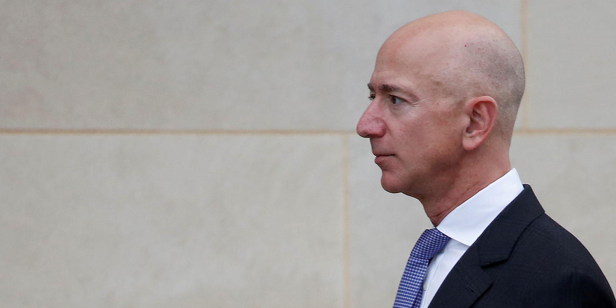 Climat : pourquoi, avec son don de 10 milliards de dollars, Jeff Bezos est accusé de jouer double-jeu