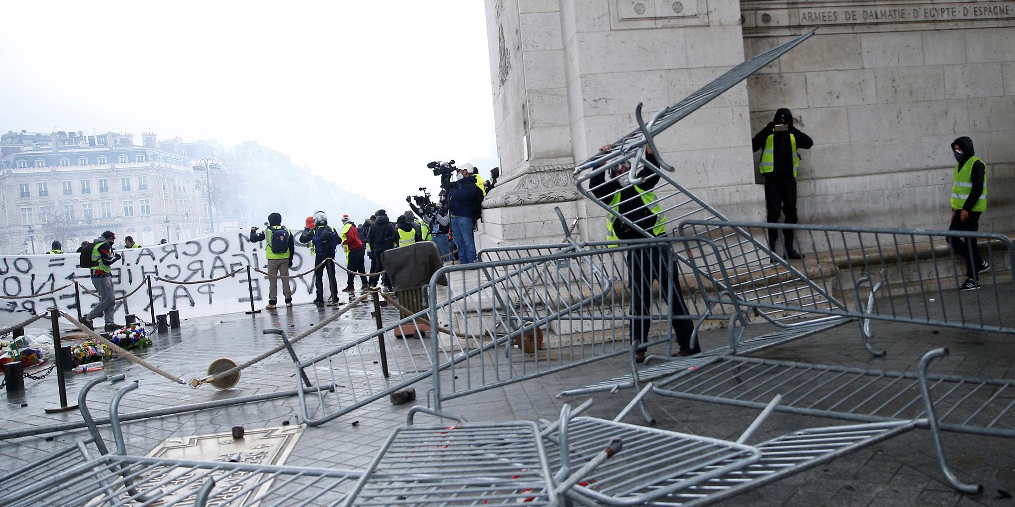 Gilets Jaunes Avant La Manifestation De Samedi La Prefecture De Paris Fait Enlever Tout Projectile